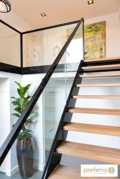 Bordes trap met stalen leuning en houten treden Small Staircase, Modern Stair Railing, Staircase Wall Decor, Balcony Railing Design, Modern Stairs, Staircase Design, Stairs In Living Room, House Stairs, Glass Stairs