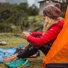 Marvelous Winter Camping Outfits For Women's Winter Camping, Camping And Hiking, Camping Life, Camping Cabins, Camping Style, Camping Survival, Trekking, Outdoorsy Style, Outdoor Fashion