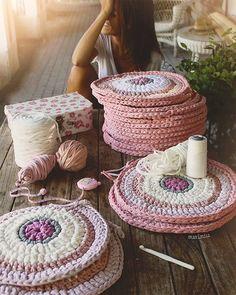 Ya está publicado en el blog el tutorial para hacer los Bajo Platos de trapillo Incluye un diagrama + consejos importantes para que os queden perfectos ❤️ Espero que os guste!!! LINK en bio #susimiu #handmade #pink #cute #ganchillo #trapillo #summer #kids #deco #instagram @instadeco #love #crochet