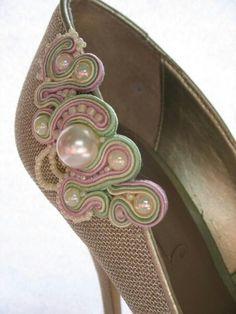 soutache elements on shoes, very elegant. Rope Jewelry, Fabric Jewelry, Beaded Jewelry, Jewelery, Handmade Jewelry, Shibori, Fancy Shoes, Passementerie, Soutache Earrings