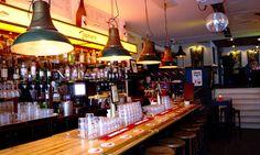 Tapperij en Happerij Tapmarin aan de Van Woustraat in Amsterdam. Deze semi-bruine kroeg in de Pijp zou zomaar jouw nieuwe stamkroeg kunnen worden.