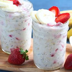 Almond Butter, Strawberry & Banana Overnight Oats with chia seeds. This is a great make-ahead protein-packed breakfast that will absolutely keep you full until lunch. #overnightoats #healthybreakfast #highprotein #postworkout #oatmealrecipe #almondbutter