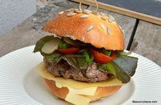 Hamburger de casă cu carne de vită și cașcaval – rețeta clasică și simplă Hot Dogs, Hamburger, Beef, Ethnic Recipes, Gardening, Drink, Pork, Meat, Beverage