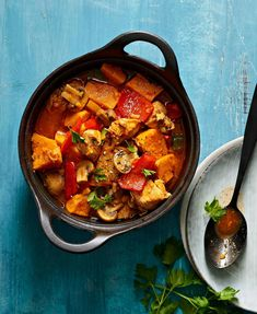 Broileri-kasvispata | Kana, Arjen nopeat, Padat ja laatikot | Soppa365 Dinner Tonight, Ratatouille, Thai Red Curry, Low Carb Recipes, Yummy Food, Meals, Dishes, Baking, Healthy