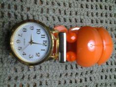 Esse relógio a pulseira é de minha criação. Eu gosto de diferenciar com peças de bijuterias, cristais e outros materiais