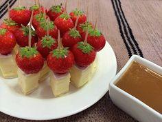 Ihan mieletön kesäherkku, brie-mansikkatikut kinuskikastikkeella, löytyi Valion 15 vuotta vanhasta juusto-oppaasta, jonka...