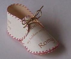 babyschoentje van een geboortekaartje met patroon