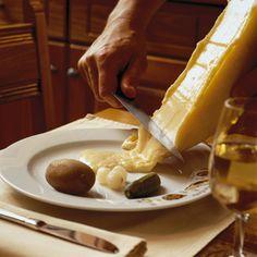 La Raclette es uno de mis platos preferidos, vamos a intentar hacerla en el Restaurante del Hotel algún día. Si alquien la quiere encargar antes, que nos la pida.