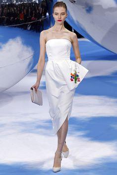 Palabra de honor y falda asimétrica en este vestido blanco Christian Dior #PFW #vestidodenovia