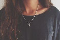 Colgante cadena fina color plata con charm letra inicial.Material latón.  lascosasdecoco.es