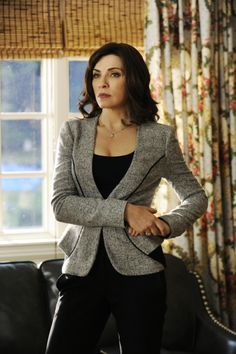 2009 In The Good Wife, Alicia Florrick (Julianna Margulies) chooses not to stand by her man after he cheats but to rebuild her career and life on her own terms. Lawyer Fashion, Office Fashion, Business Fashion, Work Fashion, Fashion Details, Business Attire, Business Formal, Business Casual, Elegant Office Wear