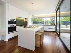 Cucina minimalista con elementi in legno