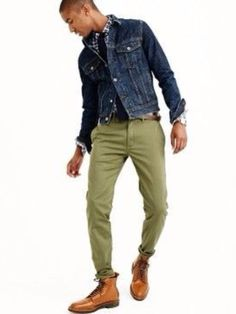 Olive Green Chinos and Washed Denim Trucker Jacket j Green Chinos Men, Olive Chinos, Olive Pants, Green Pants Men, Chinos Men Outfit, Denim Outfit, Green Jeans Outfit, Winter Outfits Men, Casual Outfits