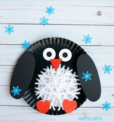 Paper plate yarn weaving penguin craft to make with kids this winter. Paper plate yarn penguin craft - an easy winter paper plate craft for kids. Make an Arctic animal craft. Free template available. Winter Crafts For Toddlers, Easy Crafts For Kids, Christmas Crafts For Kids, Crafts To Do, Kid Crafts, Craft Kids, Baby Crafts, Paper Plate Crafts For Kids, Animal Crafts For Kids
