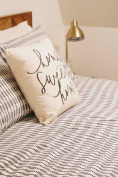 Decorating small bedrooms | Bedroom decor | NYC apartment decor | Kayla's Five Things