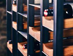 Breite: 80 cm / 160 cm Höhe: 160 cm Tiefe: 40 cm Das the loft – Weinregal no_07 kann sowohl als Statement in den Raum platziert, als auch funktionell zur Raumteilung verwendet werden. Es besteht aus einer in sich geschlossenen Schwarzstahlkonstruktion mit konkav-geformten Flaschenablagen aus Eichenholz. The Loft, Shelving, Design Inspiration, Inspired, Home Decor, Concave, Urban Design, Rustic, Steel