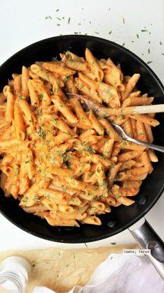 Tag en dyb indånding og find spise-bukserne frem, for det er pastatid igen! Hva? Om det ikke lidt for tit er pastatid her på domænet? Jo. Det er fuldstændig
