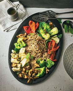 Asia-vegan mit einer Soße, die scharfe (Ingwer und Chili), süße (Dattel), herzhafte (Sojasoße) und frische (Minze) Noten vereint. Toll als Hauptspeise ...