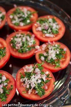 Je n'y pense pas souvent mais ces petites tomates à la provençales accompagnent à merveille les grillades et les viandes cuites au barbecue ou à la plancha. Pour le dimanche midi, après une bonne grasse...