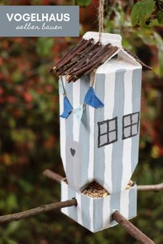 DIY: Milk carton bird house for animal watching . - DIY: You can build a bird house yourself as Tetrapak upcycling. The milk carton bird house can be d - Carton Diy, Diy Casa, Crafts For Kids, Diy Crafts, Book Recommendations, Bird Houses, Bird Feeders, Milk, Projects