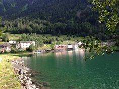Lago di Poschiavo loc. Miralago sullo sfondo in arrivo il trenino Ferrovia Retica patrimonio Unesco
