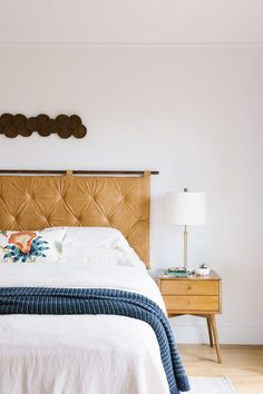 39 Ideas Bedroom Vintage House Tours For 2019 Minimal House Design, Leather Headboard, Décor Boho, Trendy Bedroom, Eclectic Bedrooms, Bedroom Vintage, Guest Bedrooms, Cabin Bedrooms, Interiores Design