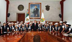El gobernador Javier Duarte de Ochoa recibió este lunes en Palacio de Gobierno a los 32 ganadores del primer lugar del XXXV Concurso Nacional de Pintura Infantil El Niño y la Mar, que organiza la Secretaría de Marina Armada de México.