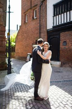 The bride wears Eliza Jane Howell for her Great Gatsby inspired city wedding. Photography by Jo Hastings.