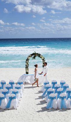 ¿Queréis vivir una boda de película? En el #OccidentalTucancún podréis celebrar vuestra boda justo delante del mar, en una idílica playa de aguas turquesas y arenas blancas. ¡Conoced más haciendo clic en el pin! #WeddingTypes #BeachWeddings #BodasPlaya