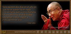 Dalai Lama, adorado en Tíbet como dios viviente y hombre de gran sabiduría, ha guiado una nación ahogada por un gran imperio, por el camino de la independencia, por medio de la resistencia pacífica.