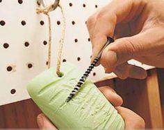 Frottez une vis avec du savon pour qu'elle entre plus facilement dans le bois