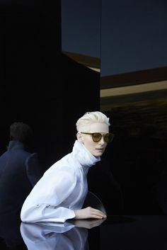 Корейский бренд оптики Gentle Monster и актриса Тильда Суинтон создали коллекцию солнцезащитных очков. В линейке – очки с оправой из ацетата и нержавеющей стали