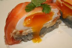 Smoked Salmon-Wrapped Artichoke Bottom Bundles stuffed with Salmon Caviar Salad and Poached Egg (omit Madeira) Healthy Sugar, Healthy Recipes, Healthy Foods, Salmon Starter, Salmon Caviar, Recipes Appetizers And Snacks, Healthy Grains, How To Cook Fish, Food N
