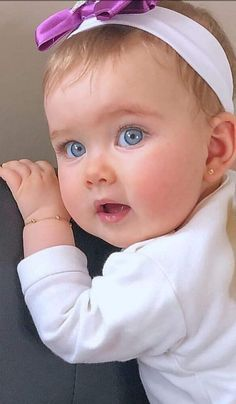 Cute Kids Photos, Cute Baby Girl Pictures, Girl Pics, Cute Little Baby Girl, Cute Babies Photography, Cute Baby Wallpaper, Cute Funny Babies, Adorable Babies, Cute Baby Videos