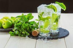 Hấp dẫn đẹp mắt với cách pha nước Mojito đơn giản tại nhà  Nhắc đến món Cocktail là phải nói đến ngay Mojito và khi nói đến Mojito lại có vô số câu chuyện thú vị đằng sau nó. Duy chỉ có hương vị tuyệt vời chính là sự kết hợp giữa vị chua của chanh tươi hay vị ngọt của đường hoặc trái cây mùi thơm hăng hắc của những lá bạc hà và chút cay nồng của rượu rum nhẹ là không thay đổi. Không giống như những loại Cocktail khác được tạo ra bởi sự thành thạo của các bartender trứ danh để có được một ly…