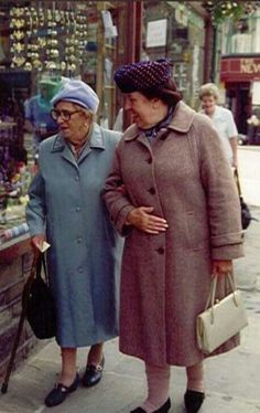 I love these 2 ladies Thora Hird and Kathy Staff in 'Last of the Summer Wine' British Tv Comedies, Classic Comedies, British Comedy, British Actresses, Classic Tv, Classic Movies, Old Movies, Great Movies, Last Of Summer Wine