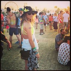 Pin for Later: Die Stars hinter den Kulissen beim Coachella-Festival  Sarah Hyland trug Neon zum Festival. Source: Instagram user therealsarahhyland