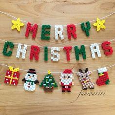 数ある作品の中からご覧頂きありがとうございます♡こちらはメリークリスマスの文字にクリスマスモチーフをたっぷり組み合わせたガーランドです☆文字は少しコンパクトにし、すっきりとした字体に仕上げました⸜(๑⃙⃘'ᵕ'๑⃙⃘)⸝⋆︎*お部屋のインテリアに♪玄関な... Easy Perler Bead Patterns, Fuse Bead Patterns, Perler Bead Templates, Diy Perler Beads, Perler Bead Art, Beading Patterns, Pearler Beads, Kindergarten Christmas Crafts, Melty Bead Designs