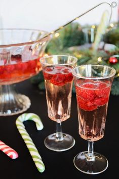 Raspberry champagne soup for New Years Eve aperitif - Trend Best Cocktail Recipes 2019 Healthy Cocktails, Refreshing Cocktails, Fun Cocktails, Cocktails Champagne, Raspberry Cocktail, Best Cocktail Recipes, Christmas Cocktails, Vegetable Drinks, Gin And Tonic
