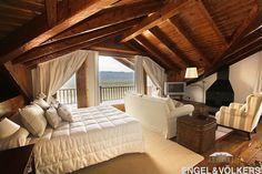 Dormitorio con techos de madera, salón, chimenea, terraza y vistas ! La Pleta de Bolvir, Cerdanya http://www.engelvoelkers.com/es/cerdanya/bolvir/la-pleta/encantadora-casa-en-la-pleta-de-bolvir-w-0159z8-1925828.1093880_exp/?startIndex=29&businessArea=&q=&facets=bsnssr%3Aresidential%3Bcntry%3Aspain%3Brgn%3Acerdanya%3Btyp%3Abuy%3B&pageSize=10&language=es&elang=es