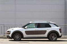У нас на тесте Citroen C4 Cactus. Автомобиль, притягивающий взгляды автомобилистов и прохожих, тестируется «Автоцентром» в двух вариантах – дизельном и бензиновом.