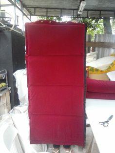 Cortina acústica, cor vermelha, com costuras horizontais. Redução de ruídos externos. Instalação janelas, portas e paredes.