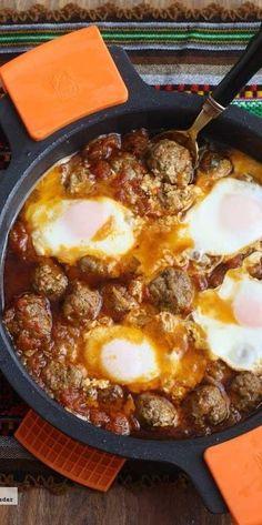 Tajine de albóndigas con huevos. Receta Comida Armenia, Couscous, Egg Recipes, Cooking Recipes, I Want Food, Arabian Food, Food Porn, Egyptian Food, Omelettes