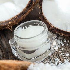 Lippenpflege selber machen - DIY-Kosmetik-Rezept für Kokos-Lippenpflege aus nur 5 Zutaten. Kokosöl ist ideal, weil es vor freien Radikalen schützen kann und einen natürlichen Sonnenschutzfaktor besitzt ...