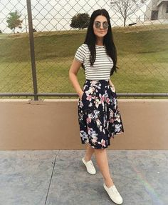 Ladies outfit trends with short floral skirt and striped t-shirt - Outfits Women Modest Dresses, Modest Outfits, Modest Fashion, Trendy Outfits, Casual Dresses, Fashion Dresses, Feminine Fashion, Classy Outfits, Work Outfits