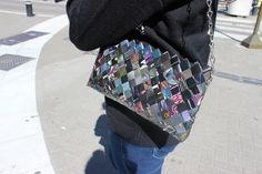 cartera hecha con papel de revista a mano