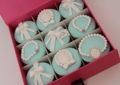 I will make tiffany blue cupcakes very soon! Tiffany Cupcakes, Fancy Cupcakes, How To Make Cupcakes, Amazing Cupcakes, Decorated Cupcakes, Beautiful Cupcakes, Wedding Cupcakes, Tiffany Theme, Tiffany Party