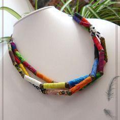 Collier tri rangs en perles textiles  multicolores et perles de métal bronze.