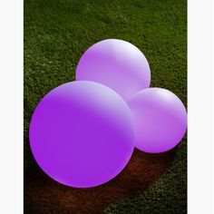 Pour créer une ambiance sympa dans le jardin, dans la piscine ou dans votre bassin de jardin, découvrez nos boules lumineuses solaires flottantes ou à poser. Différentes tailles de boules sont disponibles : 20, 25 et 30 cm. Pour un effet déco sympa n'hésitez pas à varier les tailles.  Ces boules fonctionnent à l'énergie solaire donc aucun fil ne viendra gâcher votre déco ;-)