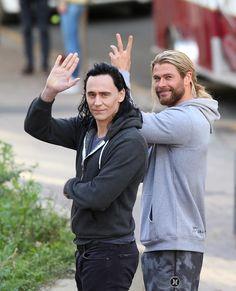 Tom Hiddleston and Chris Hemsworth on the set of Thor: Ragnarok in Brisbane, Australia on August 23, 2016. Enlarge photo: https://wx1.sinaimg.cn/large/6e14d388gy1fitztxxnehj21el1ql7dp.jpg Via Torrilla: https://m.weibo.cn/status/4144026247038096